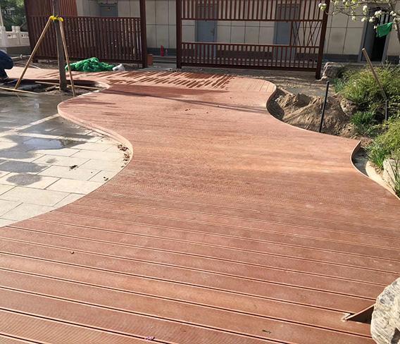 江西樟树红绿蓝幼儿园木塑地板平台